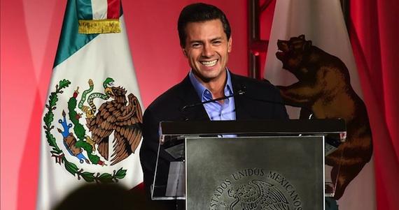 Este lunes, en la primera jornada de su visita oficial a California, Peña Nieto concedió en Los Ángeles becas a jóvenes indocumentados. Foto: EFE