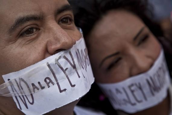 """Manifestación de periodistas y activistas contra la """"Ley Mordaza"""". Foto: Cuartoscuro"""