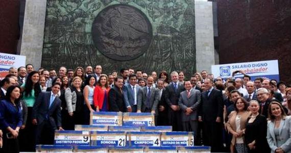 Las firmas llegaron al Palacio Legislativo de San Lázaro en 67 cajas foliadas y separadas por estados. Foto: PAN.