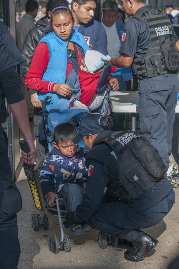 Los niños también fueron revisados por los elementos de seguridad. Foto: Cuartoscuro