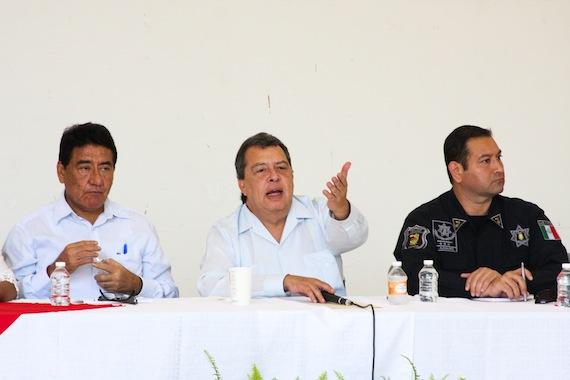 El Gobernador de Guerrero (centro) se ha negado a presentar su solicitud de licencia. Foto: Antonio Cruz, SinEmbargo