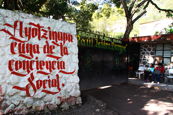 El día que los normalistas desaparecieron, salieron a botear para poder costear sus viajes de observación. Foto: Antonio Cruz, SinEmbargo.