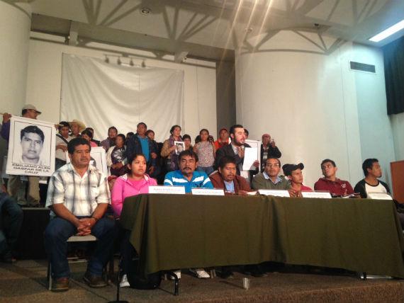 Los padres de los desaparecidos exigieron al Presidente la aparición de sus hijos y reclamaron la intervención de la CIDH. Foto:Francisco Cañedo, SinEmbargo