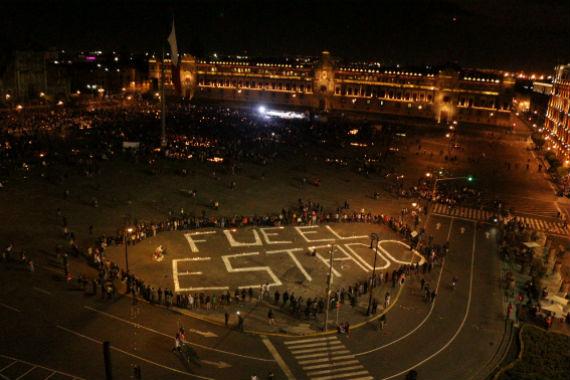 """""""Fue el Estado"""", se leyó en un mensaje en el Zócalo, iluminado con veladoras, durante el mitin político al término de la marcha. Foto: Especial, SinEmbargo"""