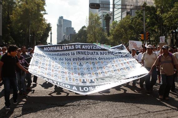 The Economist cuestiona los motivos por los que fueron asesinados tres normalistas y por los que aún permanecen desaparecidos otros 43. Foto: Francisco Cañedo, SinEmbargo.