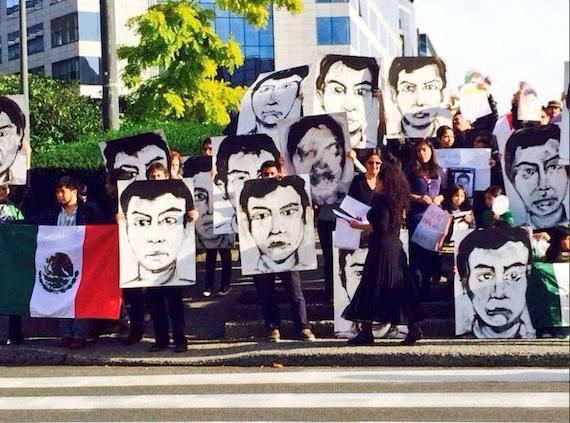 Mexicanos y belgas protestan en la sede de la Unión Europea por los normalistas desaparecidos. Foto: Twitter @JuamXMex