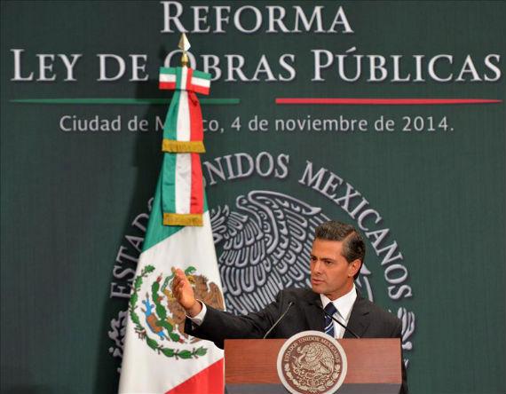 """México es una tierra de narcofosas, llenas con jóvenes pobres asesinados porque difícilmente alguien en posición de autoridad, incluyendo al Presidente, considera su interés tratar de ponerle fin"""", escribe francisco Goldman. Foto: EFE"""