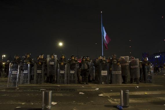 La Policía capitalino durante el desalojo de manifestantes el pasado 20 de noviembre en el Zócalo. Foto: Cuartoscuro
