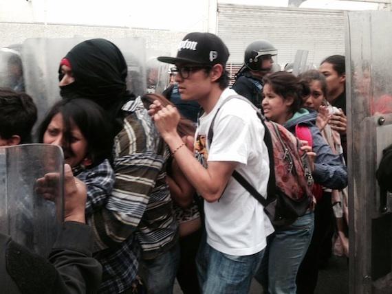 Policías encapsulando jóvenes. Foto: SinEmbargo