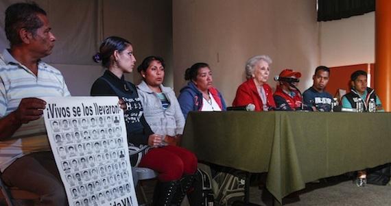 Encuentro de padres de los 43 normalistas de Ayotzinapa y Estela Carlotto. Foto: Cuartoscuro