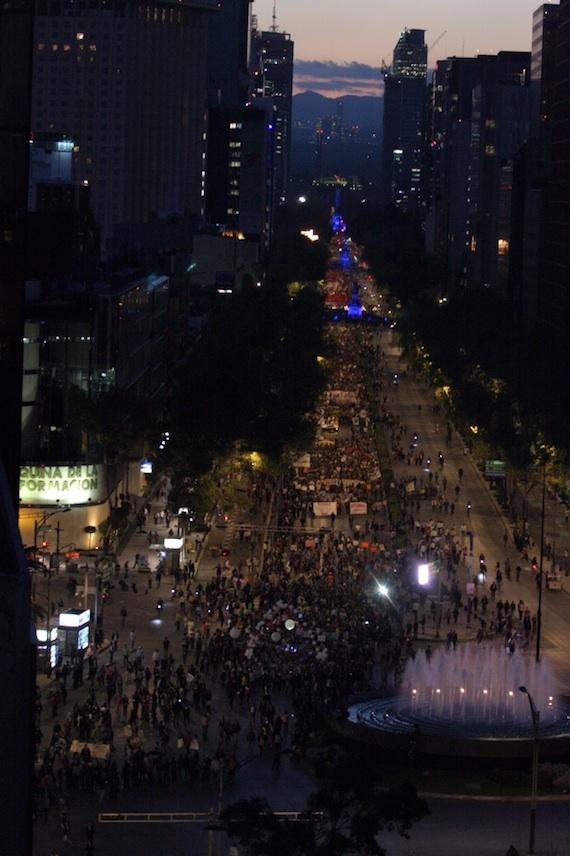 Miles de mexicanos marcharon para exigir la aparición con vida de los normalistas. Foto: Francisco Cañedo, SinEmbargo