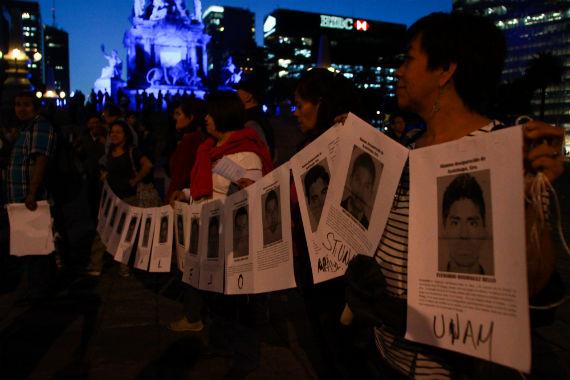 Manifestación en la Ciudad de México por la desaparición de los 43 normalistas de Ayotzinapa. Se prepara movilización global. Foto: Antonio Cruz, SinEmbargo