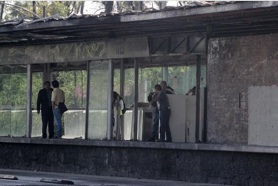 La estación Ciudad Universitaria permanece cerrada mientras peritos revisan los daños causados anoche por un grupo de encapuchados, quienes le prendieron fuego. Foto: Cuartoscuro.