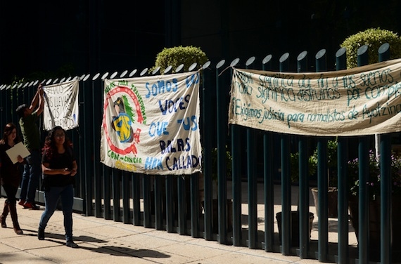 Estudiantes colocaron mantas afuera del edificio de la Procuraduría General de la República,para demandar el regreso de los 43 normalistas. Foto: Cuartoscuro.
