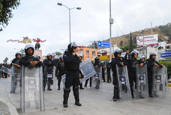 Normalistas y policías federales se enfrentaron la madrugada de  ayer en Chilpancingo. Foto: Cuartoscuro