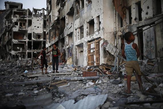 La última guerra, que duró 50 días, dejó una devastadora destrucción de viviendas e infraestructuras vitales y a unas 108 mil personas sin hogar, según la ONU. Foto: EFE.