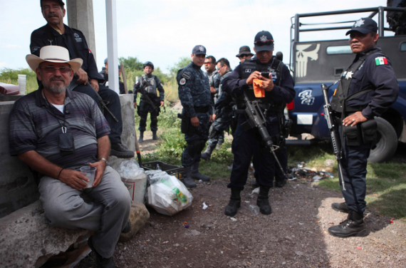 """""""¡Los narcos están a cien metros. Vamos a morir peleando por los muchachos en la lucha y por México!"""": Hipólito Mora. Foto: Cuartoscuro"""