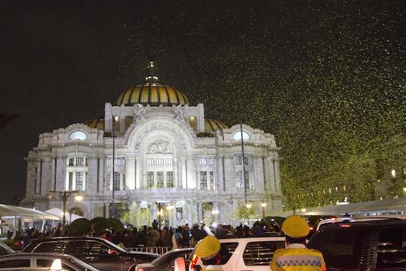 Miles de mariposas de papel fueron lanzadas al final del homenaje luctuoso al escritor Gabriel García Márquez en el Palacio de Bellas Artes el pasado 21 de abril. Foto: Cuartoscuro