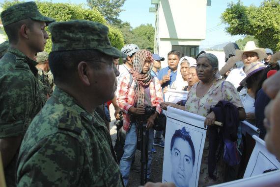 Padres en el Batallón de Infantería en Iguala, Guerrero. Foto: Cuartoscuro.