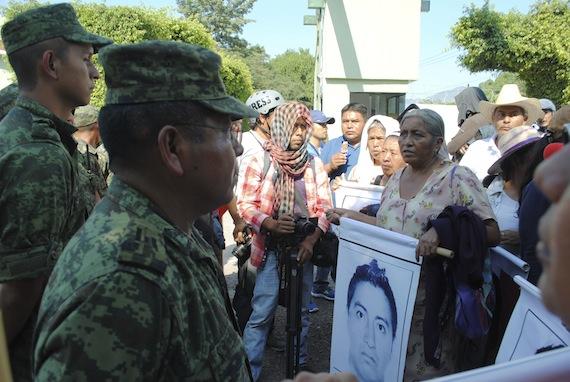 Padres de los 43 normalistas se han manifestado en diversas ocasiones frente al 27 Batallón de Infantería en Iguala. Foto: Cuartoscuro