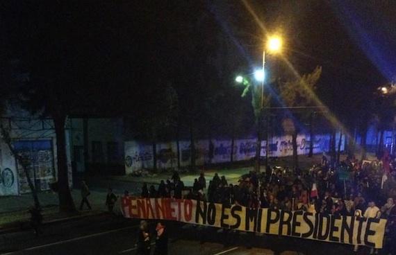 Manifestantes en las inmediaciones del Palacio Legislativo de San Lázaro el 1 de diciembre de 2012. Foto: Archivo