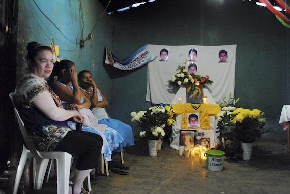 Familiares y amigos velan a Alexander. Foto: Cuartoscuro