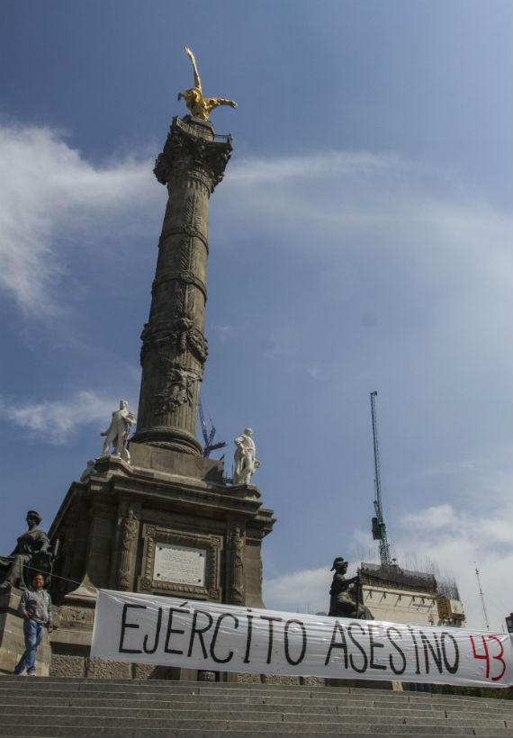 Manifestantes se concentraron en el Ángel de la Independencia a cuatro meses de la desaparición de los normalistas. Foto: Cuartoscuro