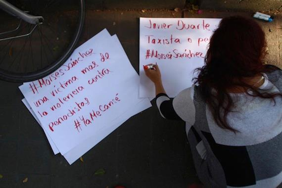 """""""Exigimos justicia por los 43, por Tlatlaya y los miles de desaparecidos. Es un agravio más"""", dijeron los manifestantes. Foto: Antonio Cruz, SinEmbargo."""
