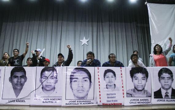 Familiares de normalistas de Ayotzinapa pidieron a estudiantes del IPN su apoyo en la marcha. Foto: Cuartoscuro.