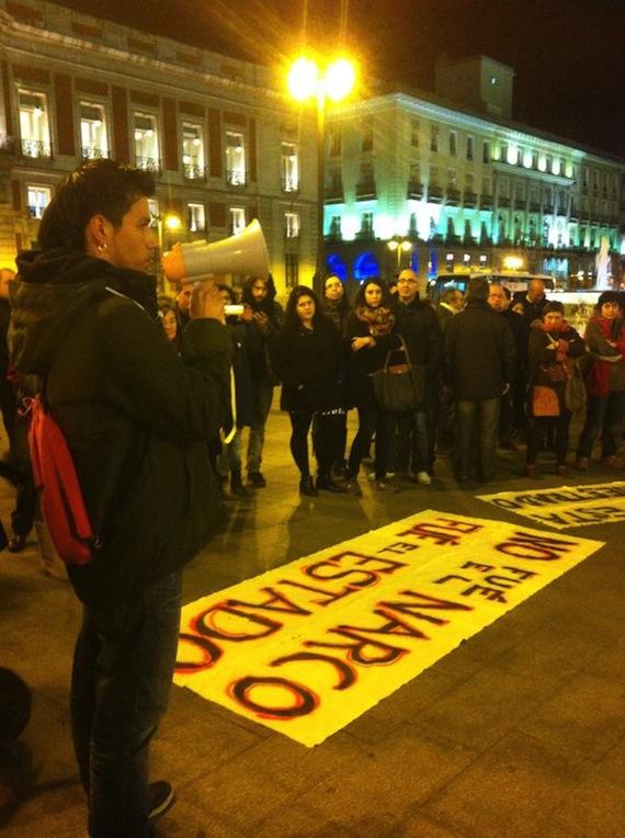 Decenas de personas se agruparon en la Puerta del Sol donde se dio un pase de lista a los 43 normalistas. Foto: Twitter vía @luciamedinas.