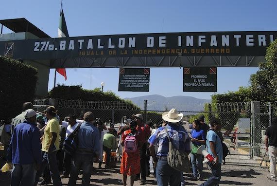Este lunes se registró un enfrentamiento en el 27 Batallón de infantería de Iguala entre militares y padres de los normalistas. Foto: Cuartoscuro.