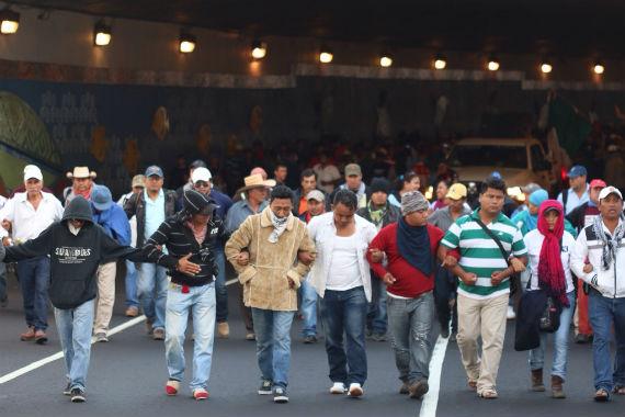 """""""La avanzada"""" abriendo el paso por Tlalpan. Foto: Francisco Cañedo, SinEmbargo."""