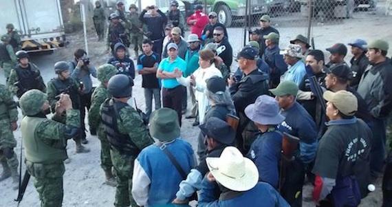 Comunitarios y militares en Petaquillas, Chilpancingo. Foto: Lenin Ocampo Torres, El Sur