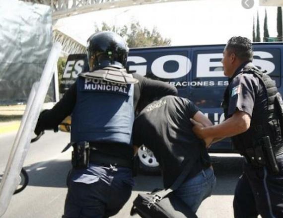 Usuarios de Twitter reportaron que otros estudiantes fueron jaloneados por los policías. Foto: Twitter @encinaloakland