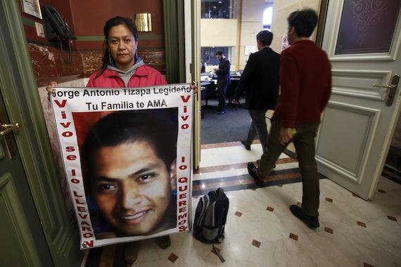Hilda Legideno, madre de uno de los 43 normalistas,sostiene una pancarta con la foto de su hijo antes de la reunión del Comité de la ONU sobre Desapariciones Forzadas. Foto: EFE.
