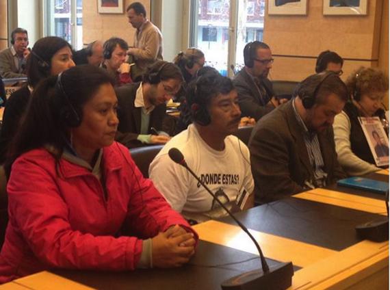 Hilda Leguideño y Bernabé Abraján, padres de normalistas desaparecidos, en la revisión de México ante la ONU. Foto: Tlachinollan