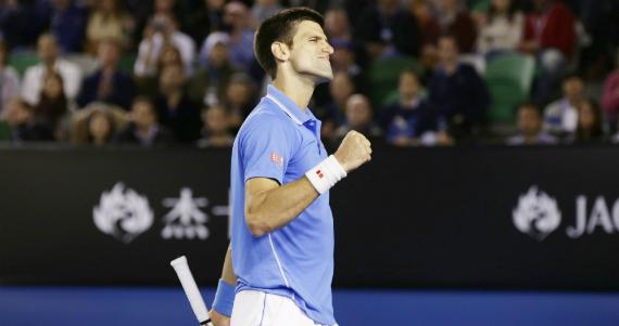 El serbio Novak Djokovic frustró de nuevo al británico Andy Murray, para derrotarle por tercera vez en la final del Abierto de Australia y coronarse campeón por quinta vez. Foto: EFE.