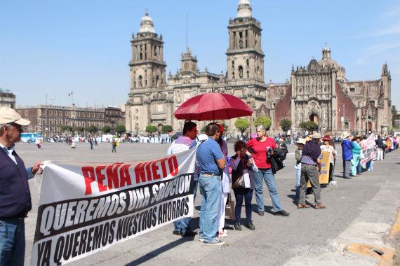 El grupo de ahorradores se ha manifestado en varias ocasiones en el Zócalo; piden audiencia con Luis Videgaray. Foto: Francisco Cañedo, SinEmbargo