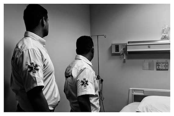Los pasillos y la sala de espera de aquel hospital estaban plagados de gente con las manos recargadas en sus fusiles. Foto: Emmanuel Gallardo Cabiedes/RNW.