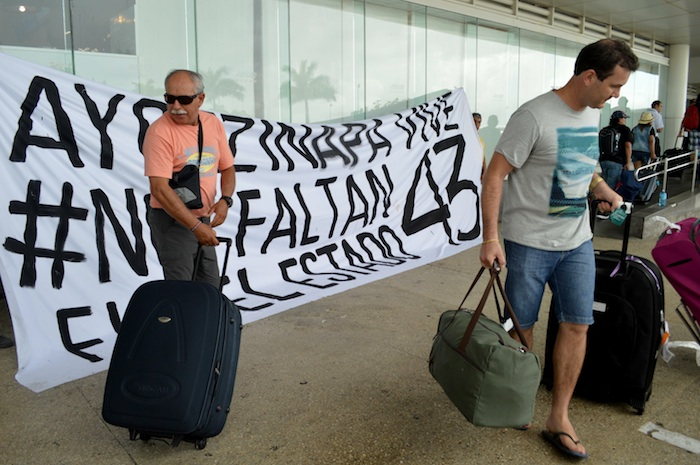 Manifestantes afuera del Aeropuerto Internacional de Cancún. Foto: Cuartoscuro