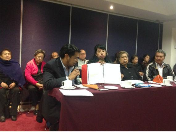 Un grupo de 17 ejidatarios del pueblo de Culhuacán, junto con su asesor, Ernesto Fernández Tachiquin, presentaron documentación para sustentar uan supuesta falta de pagos por indemnización por parte del gobierno capitalino. Foto: Mayela Sánchez, SinEmbargo