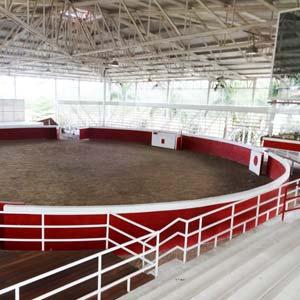 Arena techada en que se practicaban los jaripeos. Los autodefensas aseguran que no existe un lugar similar en todo Michoacán. Foto Humberto Padgett SinEmbargo.