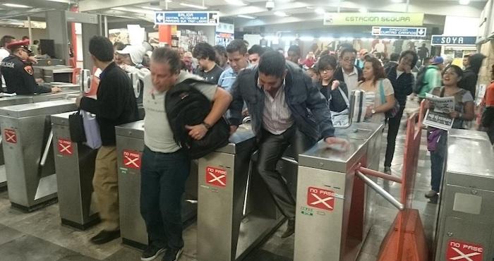Usuarios del Metro llevaron a cabo el #Posmesalto como parte de la jornada de protestas por Ayotzinapa. Foto: Twitter @Coordinadora1DM