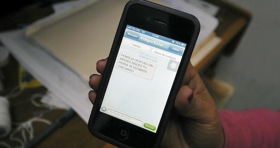 La periodista mostró el mensaje que recibió en su celular. Foto: Cuartoscuro