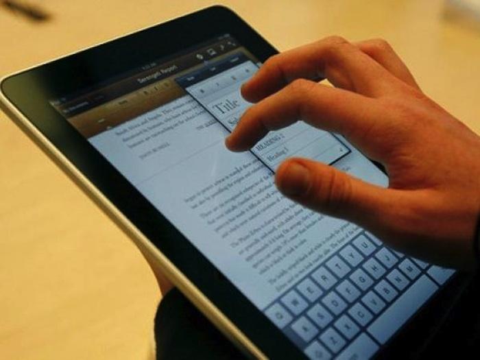 Muchas personas usan sus dispositivos electrónicos hasta pocos minutos antes de dormir. Foto: EFE