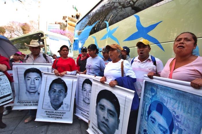 Llegada de los padres de los 43 al Ángel Foto Francisco Cañedo, SinEmbargo