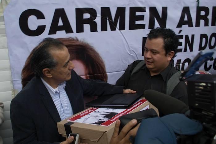 La entrega de firmas. Foto: Ariana Pérez