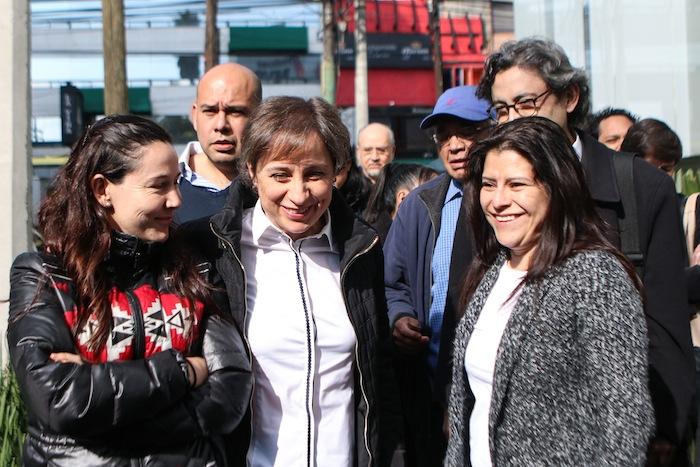 Carmen y su equipo afuera de MVS. Foto: Francisco Cañedo, SinEmbargo.