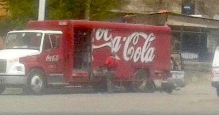 Presuntos normalistas inacautan mercancía de Coca Cola Foto: El Sur