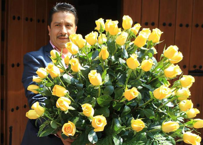 """Genovevo Quiroz, quien durante muchos años fue el conductor y asistente personal del novelista colombiano Gabriel García Márquez, llega con rosas amarillas hoy, viernes 6 de marzo de 2015, a la residencia en Ciudad de México del fallecido Nobel de Literatura. En la calle Fuego de la capital mexicana vuelven hoy a sonar """"las mañanitas"""" para festejar los 88 años del escritor Gabriel García Márquez porque aunque ya no esté físicamente, sigue en la memoria y el corazón de sus seguidores. 2015. Foto: EFE"""